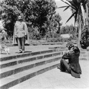 Hugo Wilmar fotografeert Keizer Haile Selassi van Ethiopie. Foto gemaakt door Wolf Kielich