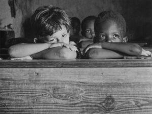 Twee jongetjes in de schoolbanken
